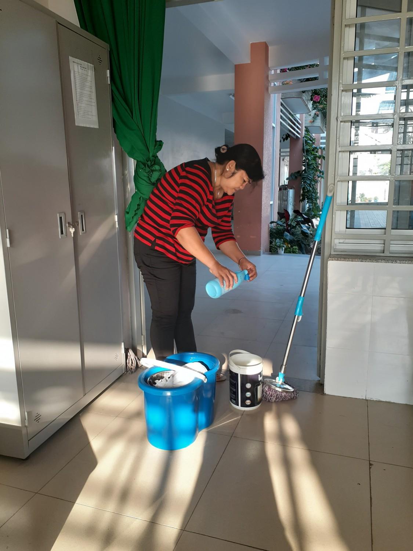 Trường TH Nguyễn Trãi: Tổ chức dọn dẹp vệ sinh phòng, chống dịch Covid - 19